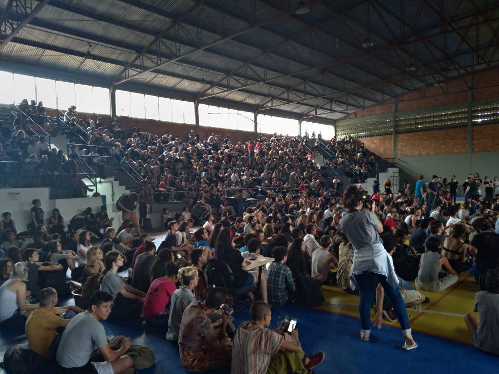 Ginásio do Centro de Desportos da UFSC com cerca de 500 estudantes durante assembléia geral