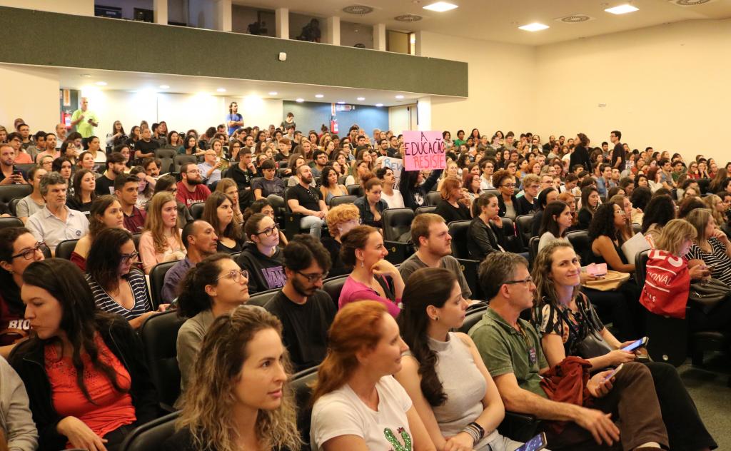 Audiência Pública na Alesc sobre cortes nas universidades e institutos federais.