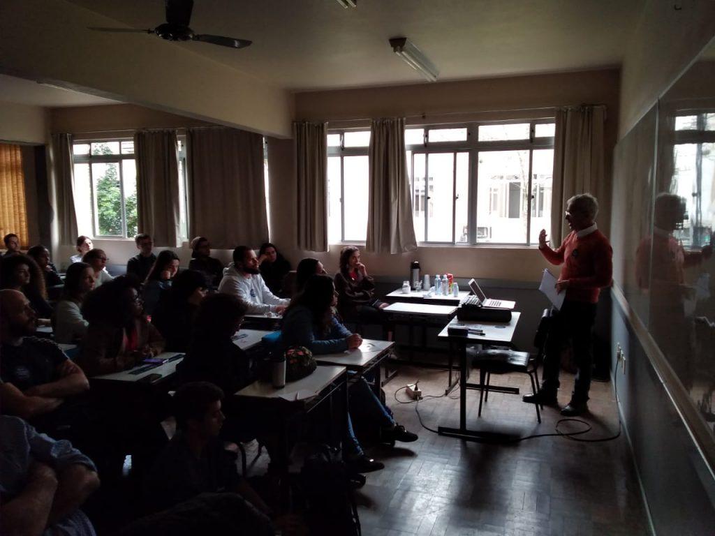 Presidente da Apufsc, Bebeto Marques, em sala de aula apresentando análise do Future-se para alunos